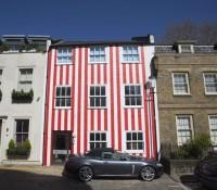 Pour se venger de ses voisins, elle peint sa maison de rayures rouges